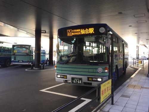 仙台駅前のバスターミナルに停車する路線バス