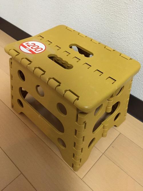 100円ショップ・ダイソーの折りたたみ椅子(開いた状態、つまり座れる状態)