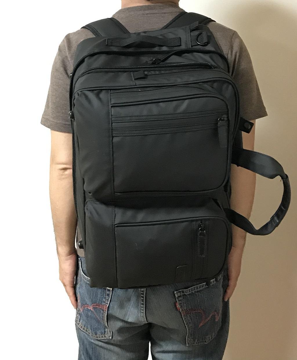 VORQITの防水ビジネスバッグをリュックとして背負った様子(後ろから見た様子)