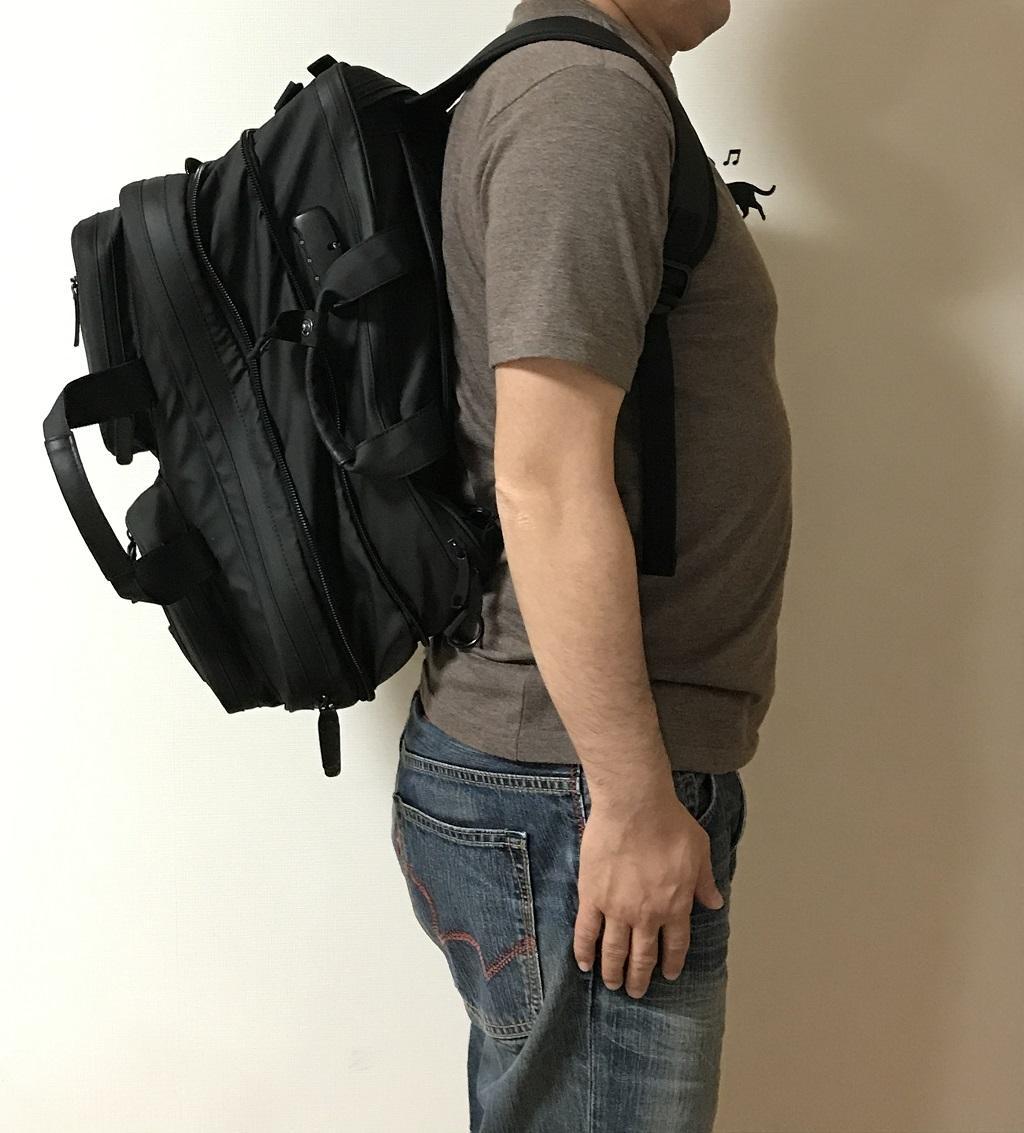 VORQITの防水ビジネスバッグをリュックとして背負った様子(横から見た様子)