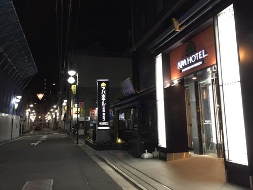 アパホテル新橋御成門正面玄関前の外観(夜の様子)