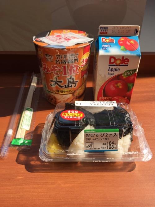 ファミリーマートで購入したマルちゃんの大島味噌ラーメン、おむすび2ヶ入、雪印メグミルクのアップルジュース
