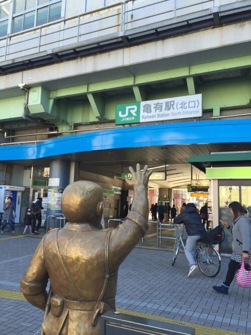 JR亀有駅北口にあるこち亀の両さん像-後ろから見た様子