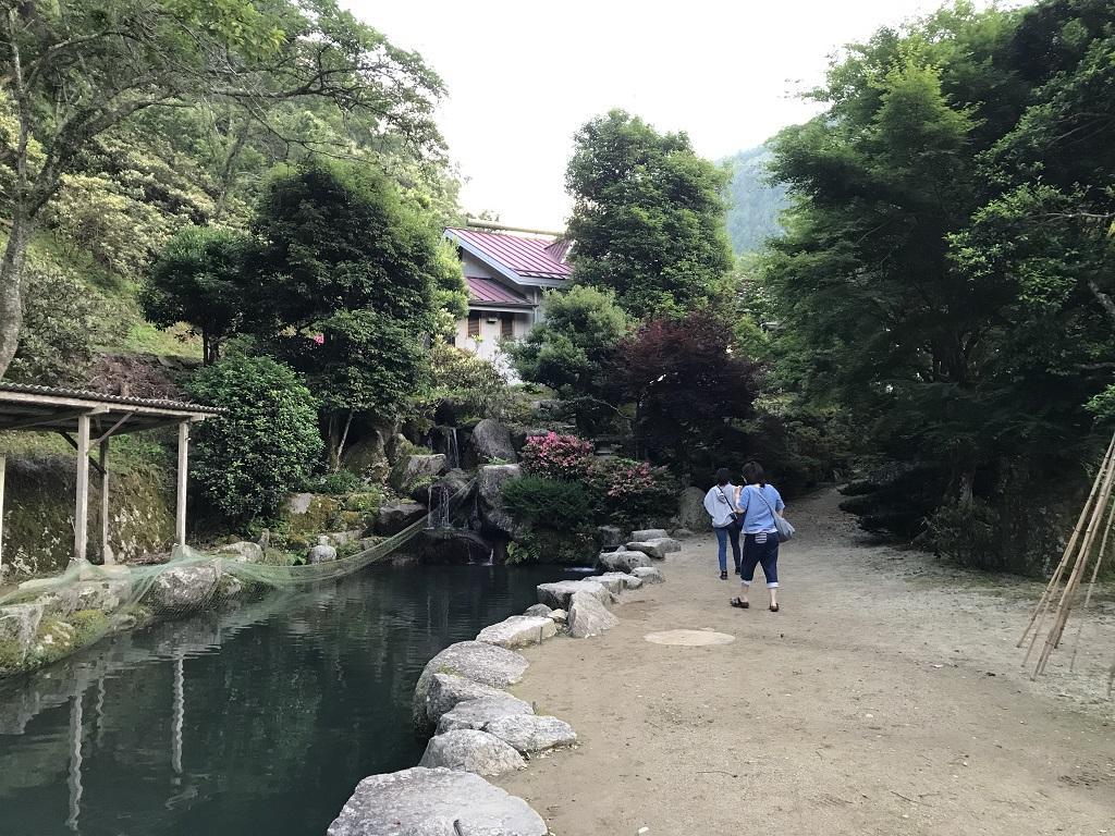 竹山荘に向かって歩いて行く妻と娘