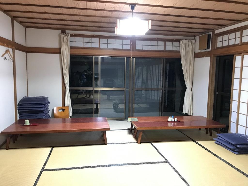 竹山荘の部屋No.11の開き戸がある側のテーブル