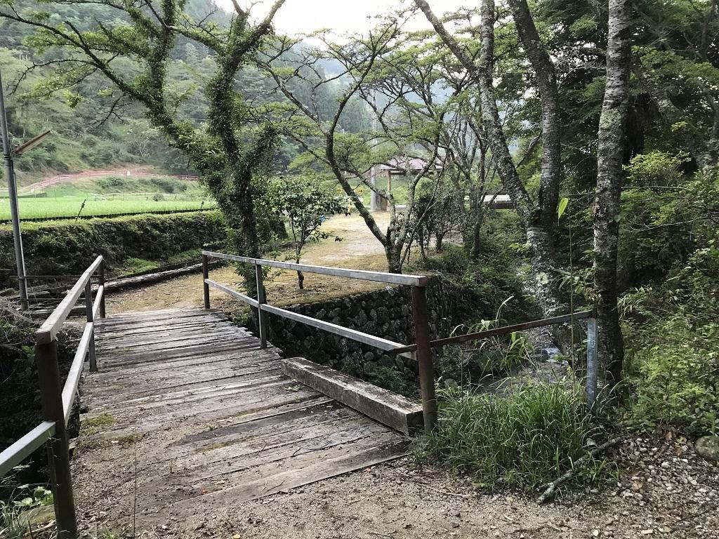 竹山荘の駐車場前の川に架かる橋