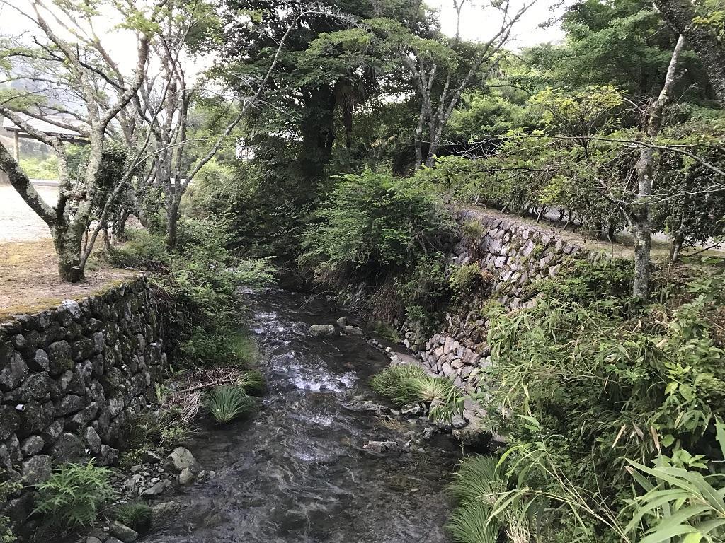竹山荘の駐車場前の川