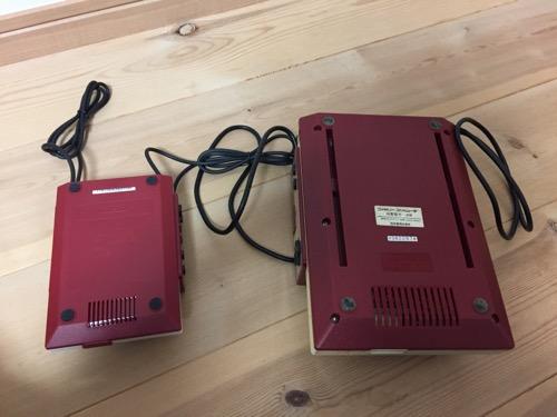 ニンテンドークラシックミニファミコンとファミリーコンピュータの本体(裏側)