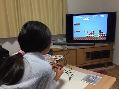 ニンテンドークラシックミニファミコンでスーパーマリオブラザーズを遊ぶ小学五年生の娘