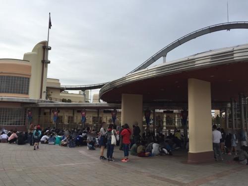土曜日の午前6時40分頃のユニバーサルスタジオジャパンの入場門付近の様子
