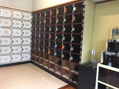東京都足立区の銭湯・タカラ湯の玄関の靴箱と傘立て