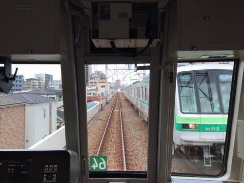 東京メトロ千代田線の綾瀬駅から北綾瀬駅に向かう途中の風景とすれ違う綾瀬ゆきの電車