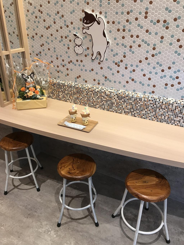 道後商店街の「道後ぷりん」店舗内のテーブルと椅子と注文したぷりんパフェ2人分