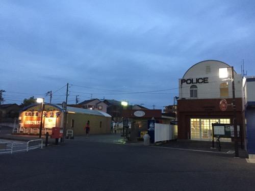 矢切駅入口への建物と交番