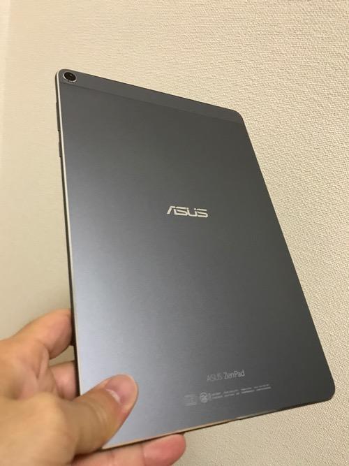 ASUS ZenPad 3S 10 (Z500KL)の裏側(手に持った時の様子)
