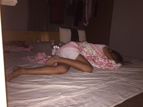 小学5年生の娘の寝るベッドで目を光らせる猫-ゆきお