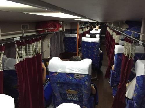 松山行きの高速バス「ドリーム松山号」の車内2階の様子