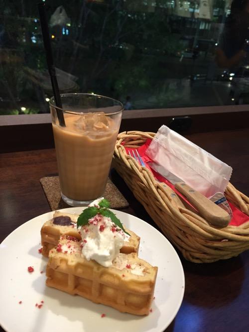 東京駅八重洲南口のR.L WAFFLE CAFEのワッフルとアイスのロイヤルミルクティー