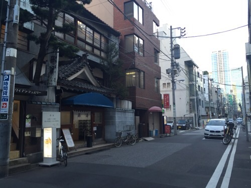 東京の銭湯「燕湯」(住所:東京都台東区上野3-14-5)前の風景