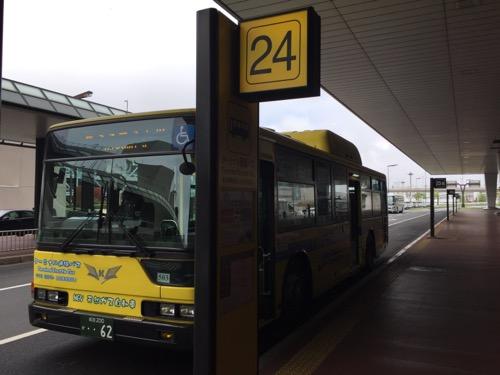成田空港第2ターミナルの24番バス停に停車中の第3ターミナル行のシャトルバス