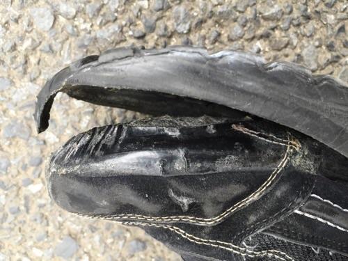 靴底が剥がれた様子(爪先付近を横から見た様子)