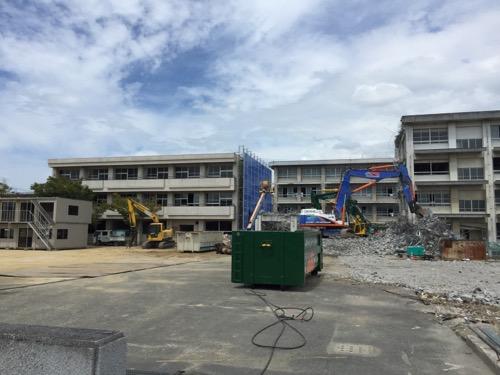 解体工事中の余土中学校校舎-正門側より-2016年9月3日