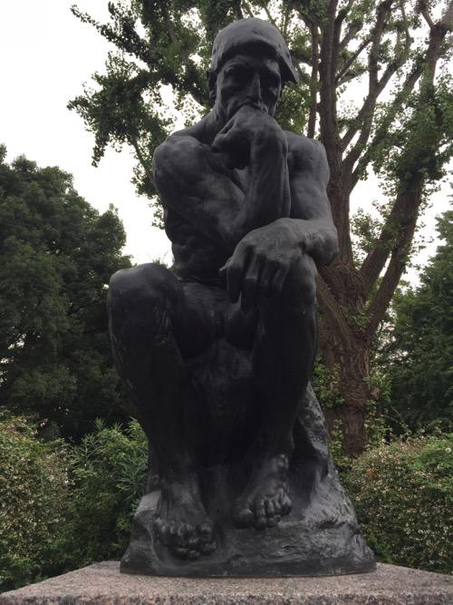 国立西洋美術館の屋外にある考える人の像(正面からの写真)