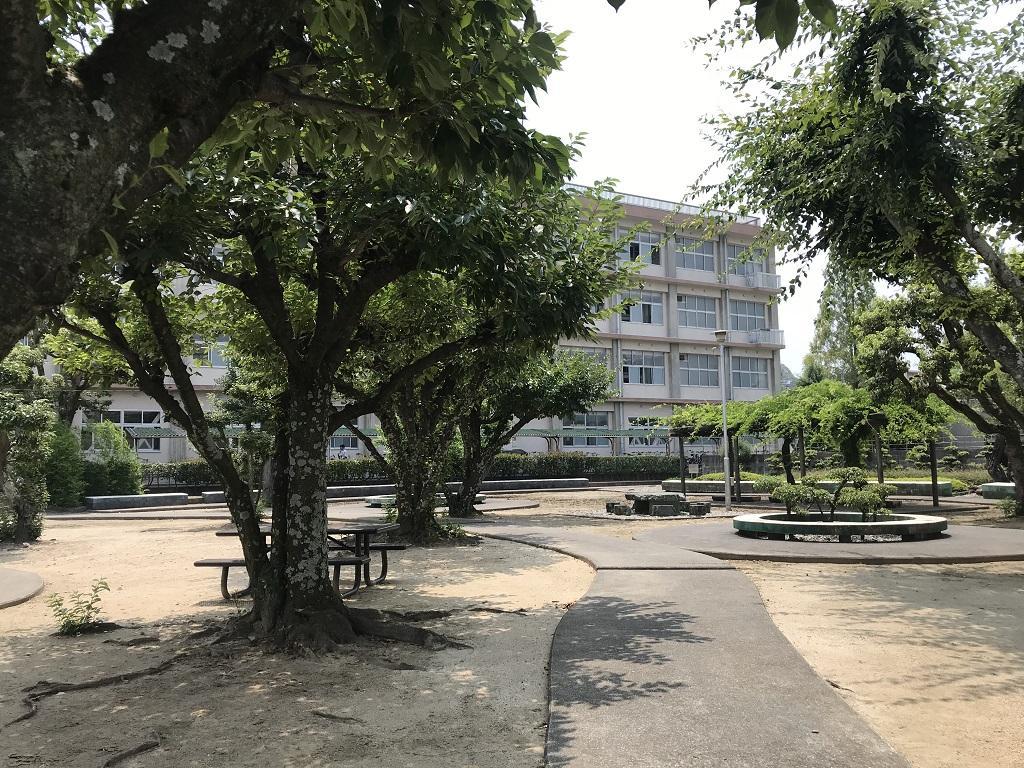 愛媛県立松山北高校の写真(2020年8月:校舎と体育館の間にある庭)