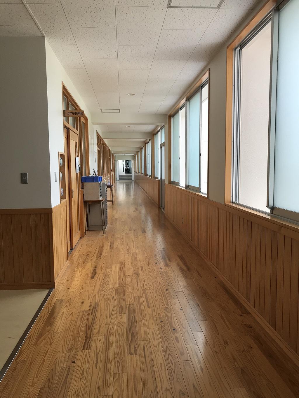 愛媛県立松山北高校の写真(2020年8月:新校舎の綺麗な木の廊下)