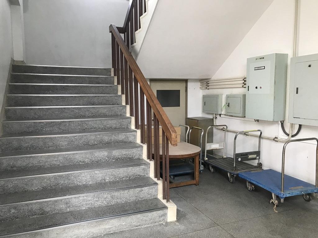愛媛県立松山北高校の写真(2020年8月:昔からある校舎の懐かしい階段)