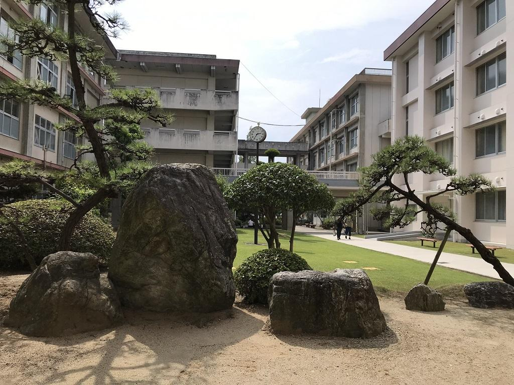 愛媛県立松山北高校の写真(2020年8月:中庭)