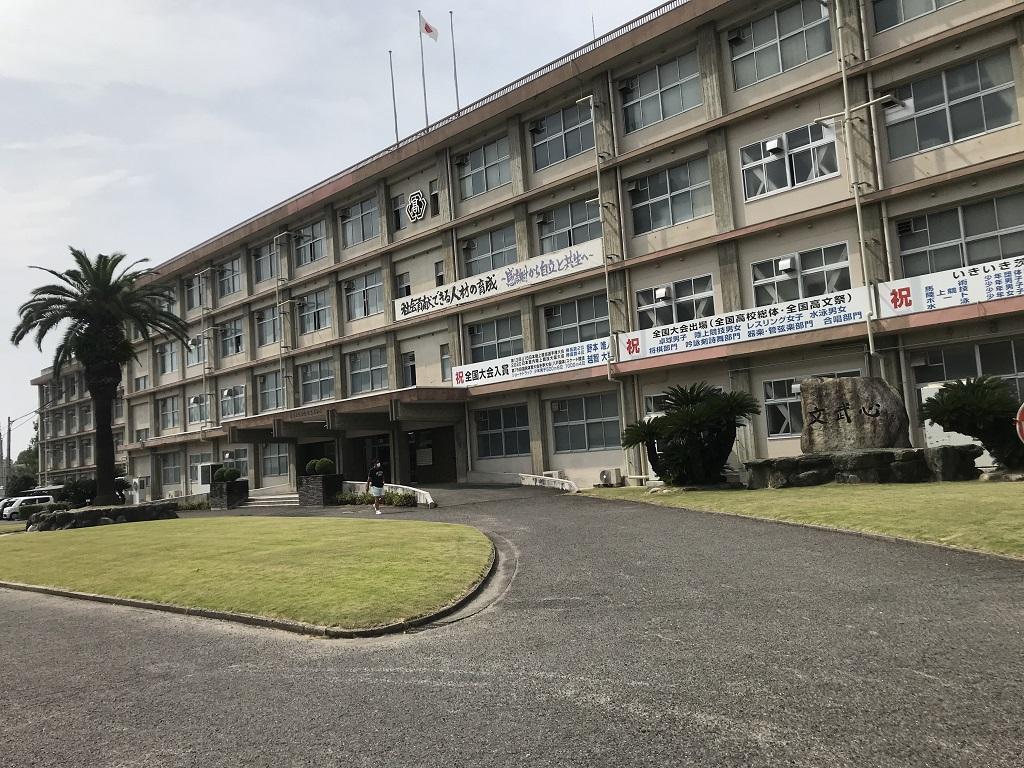 愛媛県立松山北高校の写真(2020年8月:校舎・玄関側)