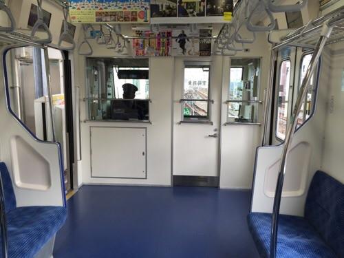 東京メトロ千代田線綾瀬駅0番線ホームに停車中の北綾瀬ゆきの電車先頭車両から運転士席側を見た時の様子