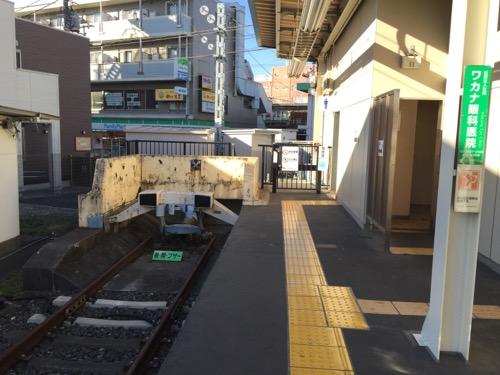 京成金町駅のホームおよび線路終端とトイレ