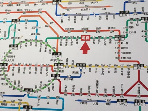 JR亀有駅の自動券売機の上に掲示されているJR線近距離きっぷ運賃表の亀有駅付近