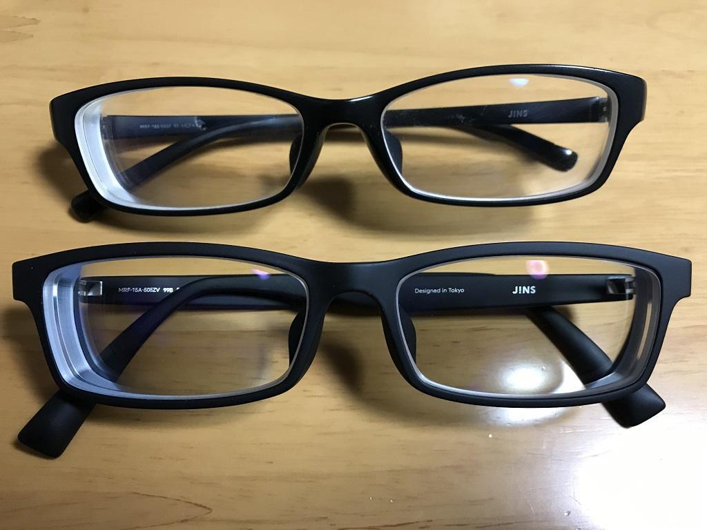 ジンズで購入したブルーライトカットレンズの眼鏡2つ(上:13%カット、下:40%カット)。表側より。茶色のテーブルの上にて。