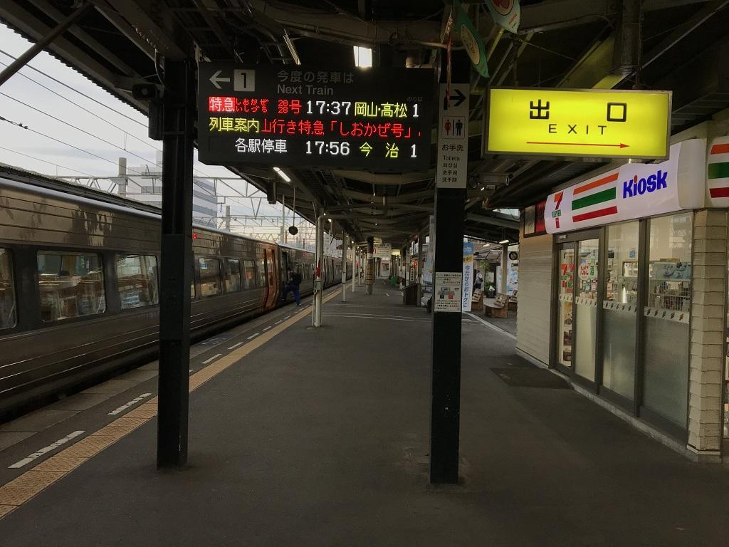 JR松山駅1番線ホーム 17時37分発 岡山行特急 しおかぜ28号、高松行特急 いしづち28号