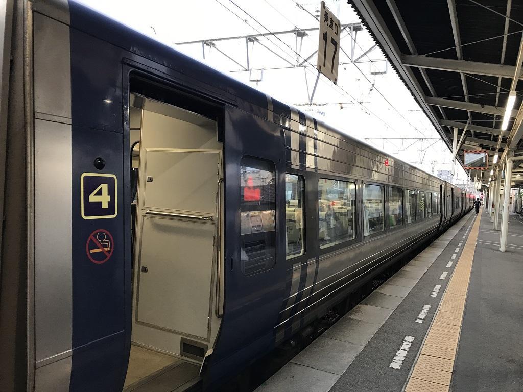 JR松山駅1番ホーム 乗車口17 岡山行特急しおかぜ28号 4号車両の出入口