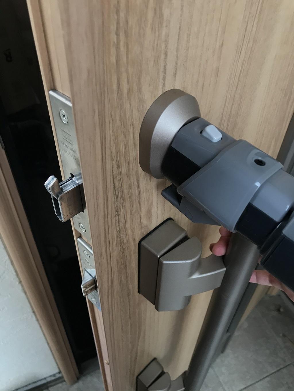 掃除機でゴミ掃除中の玄関の鍵穴