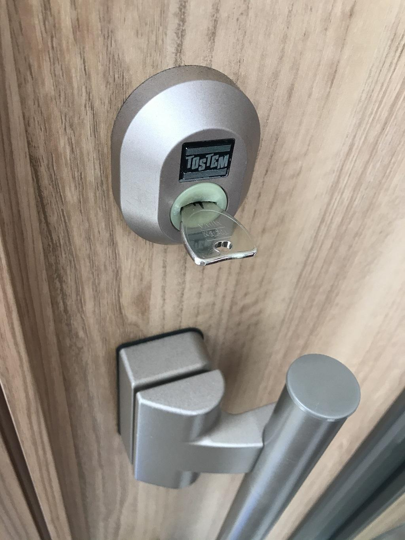 玄関の鍵穴に根本まで入った鍵