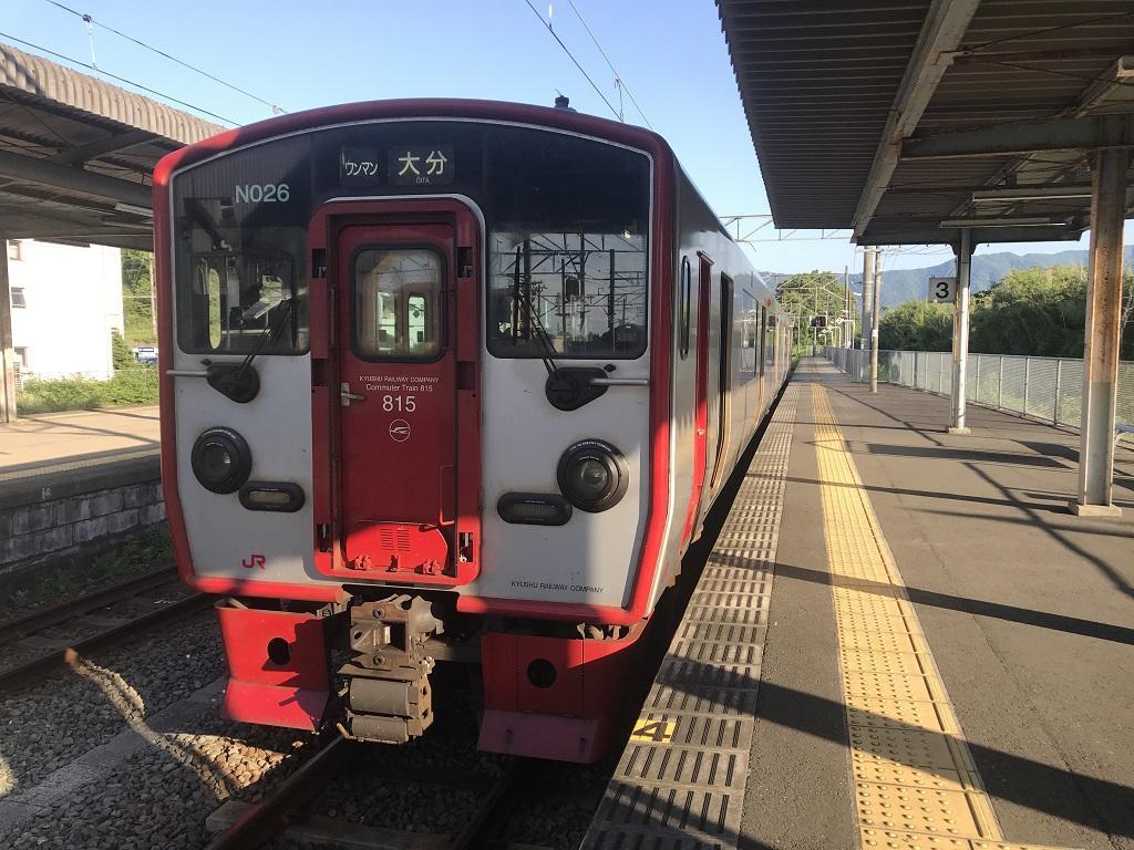 JR幸崎駅3番線ホームに停車中の列車(日豊本線 NO26 ワンマン 大分)