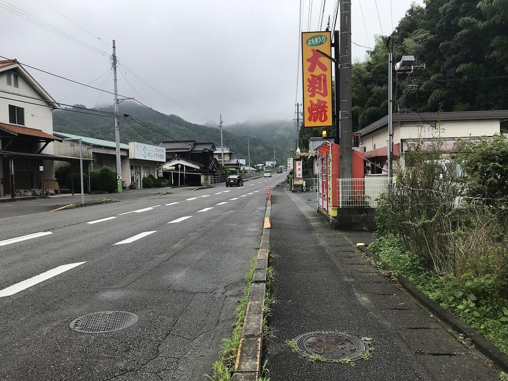 愛媛県伊予市のマンホールの蓋「いよ しゅうはい」周辺の風景(大判焼き 山里周辺の歩道・国道56号)