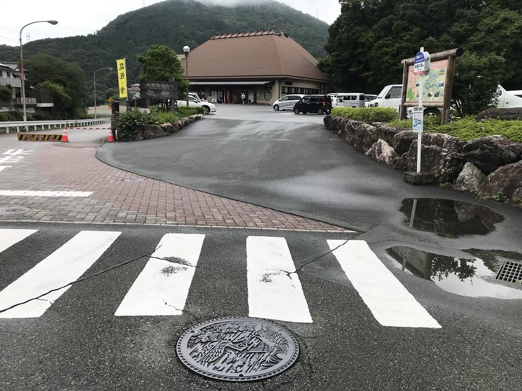 愛媛県大洲市のマンホールの蓋の周辺風景(少彦名温泉 大洲 臥龍の湯前の横断歩道付近)