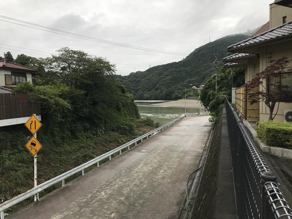 少彦名温泉 大洲 臥龍の湯に隣接する道路と肱川