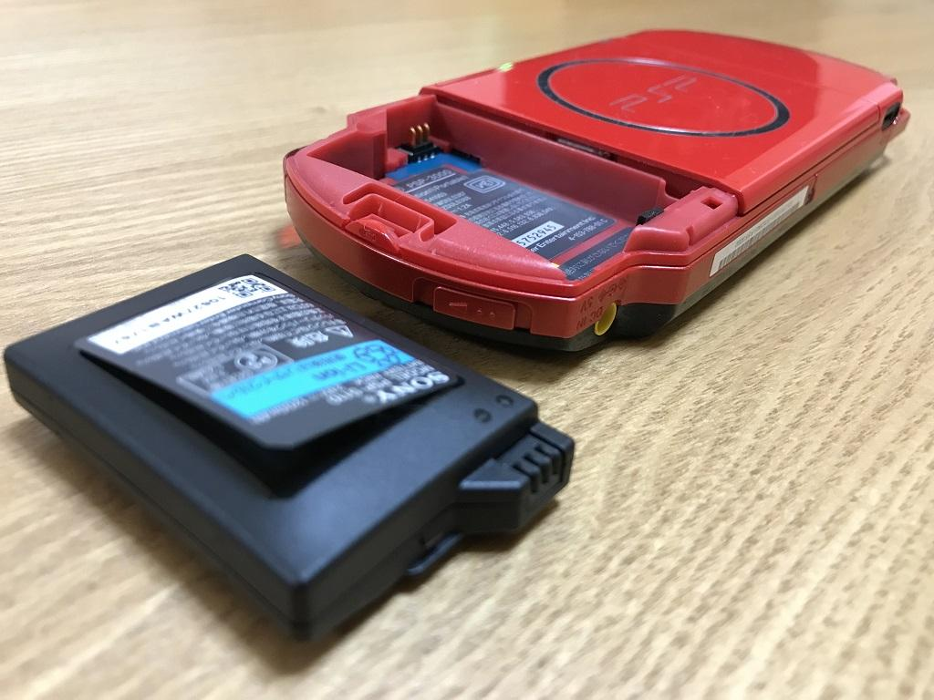 SONY PSP-3000 XBRの膨張してシールが剥がれた純正バッテリー