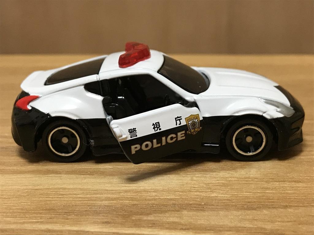 トミカ No.61 日産 フェアレディZ NISMO パトロールカー(右座席側ドアオープン中・横から見た様子)