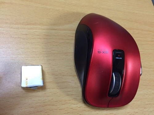 小さなキャラメル1個と赤いマウス