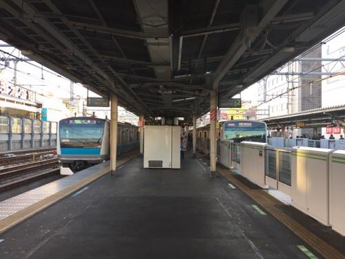 JR御徒町駅ホームから過ぎ去る京浜東北線と山手線の電車