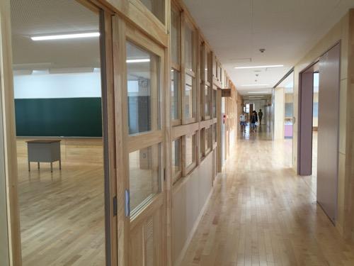 余土中学校の新校舎棟2階 1-3前の廊下