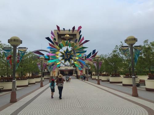 土曜日の午前6時40分頃のユニバーサルスタジオジャパン15周年の飾りが付いた門前の様子